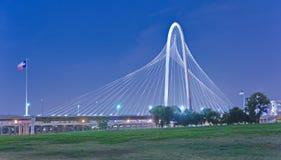 玛格丽特狩猎小山桥梁在晚上在达拉斯,得克萨斯 免版税库存图片
