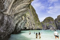玛雅人海湾的游人 海岛Ko披披岛Le,泰国 库存图片