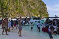 玛雅人海湾的游人 海岛Ko披披岛Le,甲米府,泰国 库存图片