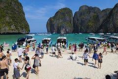 玛雅人海湾的游人 海岛Ko披披岛Le,甲米府,泰国 免版税库存图片