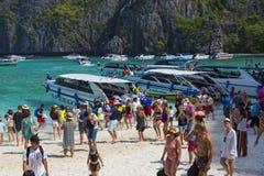 玛雅人海湾的游人 海岛Ko披披岛Le,甲米府,泰国 免版税库存照片