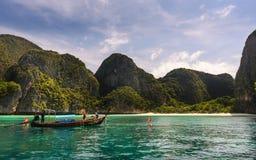 玛雅人海滩:长尾巴小船在安达曼海,披披群岛 库存图片
