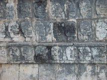 玛雅头骨墙壁 库存照片