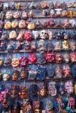 玛雅木面具待售在奇奇卡斯特南戈市场上 免版税图库摄影