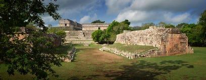 玛雅金字塔的废墟的全景在Uxmal 库存图片