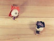 玩偶、巫婆和海盗在木地板上 免版税库存图片