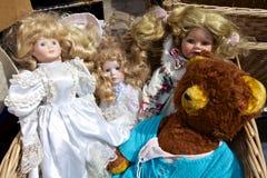 玩偶和一个玩具熊在跳蚤市场上 免版税库存图片