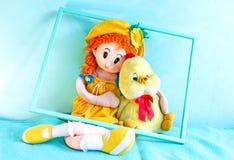 玩偶和婴孩小鸡 免版税库存照片