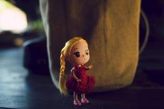 玩偶女孩红色衬衣,轻的温暖的口气 免版税库存图片