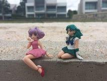 玩偶妇女坐海滩 库存图片