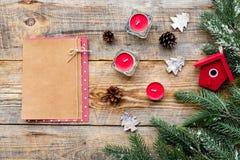 玩具、蜡烛和笔记本新年庆祝的与毛皮树枝在木背景冠上veiw大模型 免版税库存图片