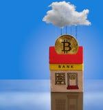 玩具与bitcoin财产的银行大楼 库存照片