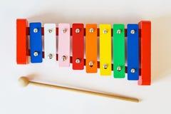 玩具五颜六色的木琴顶视图,在白色桌上 库存照片