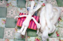 玩具兔子的宿营 免版税图库摄影