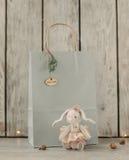 玩具兔宝宝和礼物 库存照片