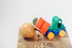 玩具卡车卸载苹果 库存照片