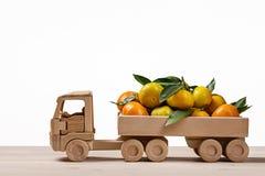 玩具卡车用蜜桔和柑桔 免版税库存照片