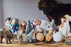 玩具和小雕象在桌上 玩具收集 免版税库存图片