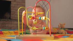 玩具和比赛特别需要的 婴孩发展 早起始时间 婴孩的开发的玩具 小孩的戏剧活动 影视素材