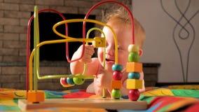 玩具和比赛特别需要的 婴孩发展 早起始时间 婴孩的开发的玩具 小孩的戏剧活动 股票视频