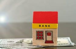 玩具在美元财产的银行大楼 免版税库存照片