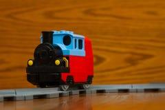 玩具在路轨的火车乘驾 免版税库存照片