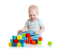从玩具块的孩子大厦 背景查出的白色 免版税库存照片