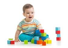 从玩具块的婴孩大厦 背景查出的白色 免版税库存图片