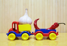 玩具塑料汽车用大蒜和胡椒 库存图片
