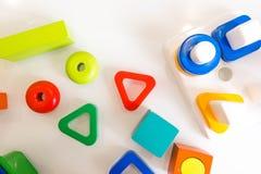 玩具孩子背景 与数字的木立方体和在白色背景的五颜六色的玩具砖 框架由孩子的辅助部件制成 免版税库存照片