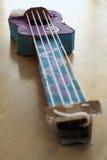 玩具小提琴由纸板和串颜色做成 库存图片