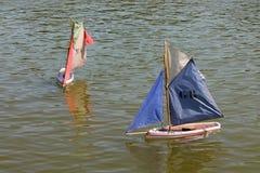 玩具小船在巴黎公园 免版税库存图片