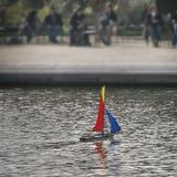 玩具小船在巴黎 免版税库存图片