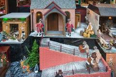 玩具屋在一家商店的商店在狄更斯节日期间的 库存照片