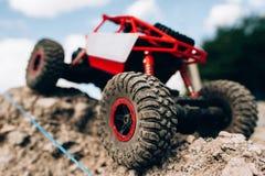 玩具履带牵引装置骑马特写镜头通过岩石 免版税图库摄影