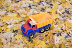 玩具户外汽车卡车秋天 免版税库存照片