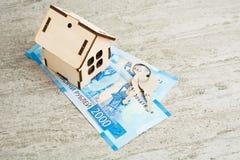 玩具房子、卢布和钥匙,抵押概念 免版税库存图片