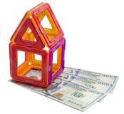 玩具房子和金钱 免版税库存照片