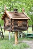玩具房子在森林 在鸡腿的一个小屋 免版税库存照片