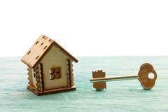玩具木式样房子当标志家庭和爱概念在晴朗 库存照片