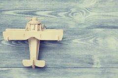 玩具木飞机的顶视图 免版税图库摄影