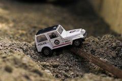 玩具汽车在沙子四处走动 免版税图库摄影