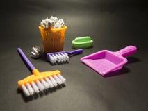 玩具清洗的成套工具-色的刷子、桶和海绵,清洗 图库摄影