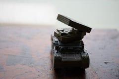 玩具火箭发射器 与火箭导弹的战斗场面 库存照片