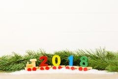 玩具火车与2018年 复制空间 圣诞节装饰装饰新家庭想法 免版税图库摄影