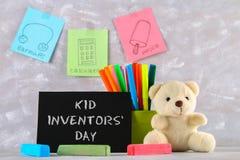 玩具熊、标志、儿童的发明匾和图画-冰棍儿,御寒耳罩,在灰色背景的计算器 文本- 图库摄影