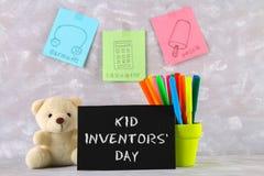 玩具熊、标志、儿童的发明匾和图画-冰棍儿,御寒耳罩,在灰色背景的计算器 文本- 库存照片