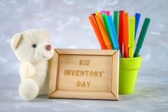 玩具熊、标志、儿童的发明匾和图画-冰棍儿,御寒耳罩,在灰色背景的计算器 文本- 免版税库存照片