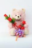 玩具熊、桃红色和英国兰开斯特家族族徽和礼物盒 免版税库存照片