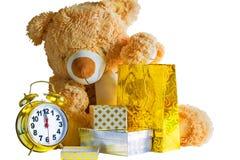 玩具熊、礼物和闹钟在白色背景 免版税库存照片